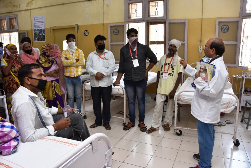 Health_Visitor_Educate_Patients_on_Swachh_Bharat_Abhiyan
